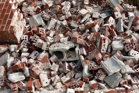 해체 현장에서 버려진 깨진 벽돌과 콘크리트 블록의 거대한 더미