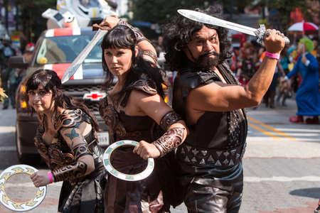 Atlanta, GA, EE.UU. - 5 de septiembre de 2015: Una mujer vestida como Xena, la princesa guerrera y sus compinches, pose mientras camina en el desfile anual de la estafa del dragón en Atlanta, GA. Foto de archivo - 54238808