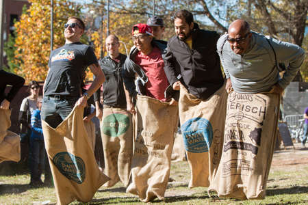 Atlanta, GA, USA - November 14, 2015:  Men compete in an old-fashioned sack race at the King of Pops Festival in Atlanta, GA on November 14, 2015. 新聞圖片