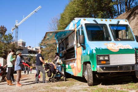 comidas rapidas: Atlanta, GA, EE.UU. - 14 de noviembre de, 2015: La gente se coloca en la cola para pedir de un cami�n de comida popular en un festival de la ca�da de Atlanta.