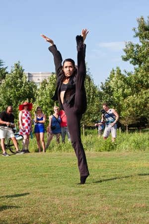 spandex: Atlanta, GA, USA - August 6, 2016:  A female dancer with the Atlanta Ballet demonstrates her flexibility during a Wabi Sabi dance performance for onlookers along the Atlanta Beltline Greenspace on August 6, 2016 in Atlanta, GA. Editorial