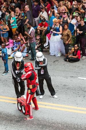 raperos: Atlanta, Ga, EE.UU. - 3 de septiembre de, 2016: Las personas que usan chándales de Adidas se hacen pasar por las tropas de asalto del hip-hop de las películas de Star Wars, durante su participación en el desfile anual de la estafa del dragón en Peachtree Street, el 3 de septiembre, 2016, Atlanta, GA.