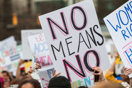 言う抗議署名」なしを意味します社会的正義と女性の月のアトランタ大会で他の徴候の中で際立っています。