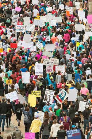 Atlanta, GA, USA - 21. Januar 2017: Tausende von Demonstranten äußern ihre Unmut mit den Präsidentschaftswahlen, da sie am 21. Januar 2018 an dem Atlanta-Marsch für soziale Gerechtigkeit und Frauen teilnehmen, am Tag nach der Einweihung von Präsident Trump Standard-Bild - 71117439