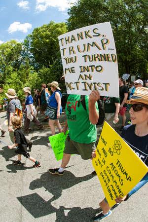 男は「おかげでトランプ... あなたに私を回した活動家」と言う看板を保持する彼はアトランタ、ジョージアで 2017 年 4 月 22 日アースデーのキャンド