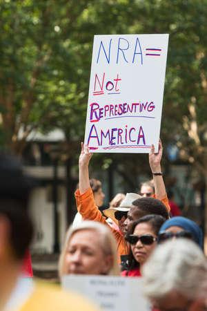 アトランタ、ジョージア州、アメリカ合衆国 - 2017 年 4 月 29 日: A 女性保持しているというサインを「NRA を代表していない = アメリカ「2017 年 4 月 29