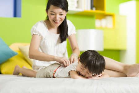 sit down: Madre, hija, juego, dormitorio LANG_EVOIMAGES