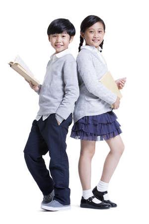 Veselá školačka a školák vzadu