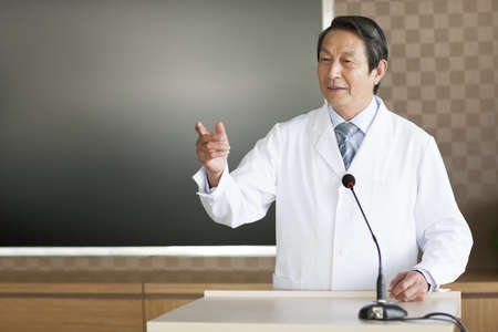Senior male doctor giving a speech LANG_EVOIMAGES