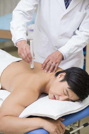 Patient receiving moxibustion LANG_EVOIMAGES