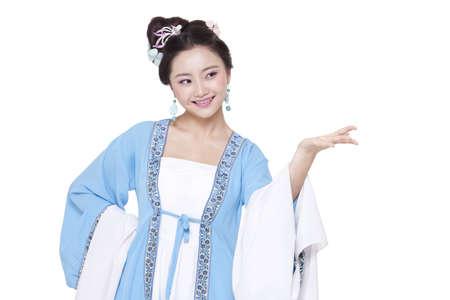 vistiendose: mujer joven en chino gesticulación traje tradicional