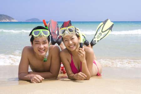 mujer mirando el horizonte: Joven pareja se divierten en la playa LANG_EVOIMAGES
