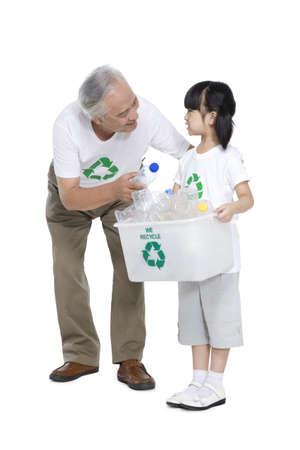 niños reciclando: Retrato de una familia ecológica