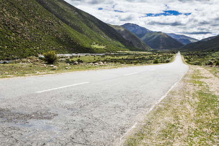 Road and mountains in Tibet, China LANG_EVOIMAGES