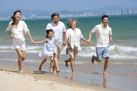 Family Running on the Beach LANG_EVOIMAGES
