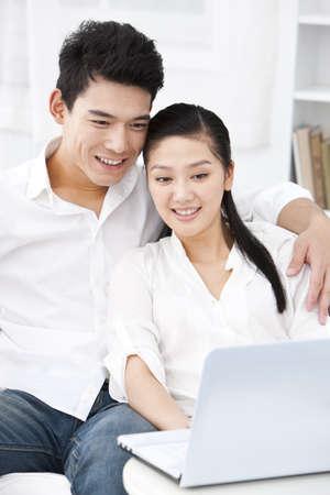 sit down: joven pareja feliz descansando en su casa LANG_EVOIMAGES