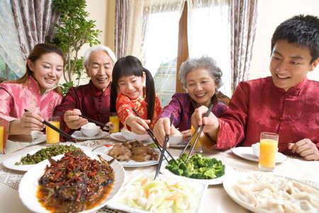 Rodina s Čínský nový rok večeře LANG_EVOIMAGES