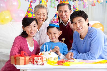 arrodillarse: Chico chino de cumpleaños con la familia