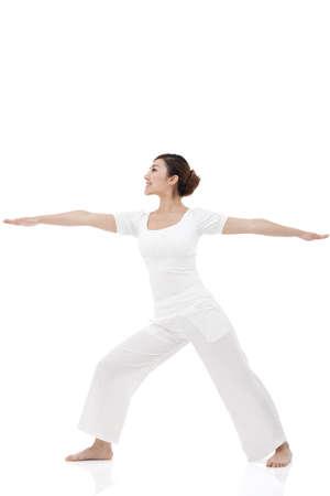 coordinacion: Joven mujer estirando y practicando yoga LANG_EVOIMAGES