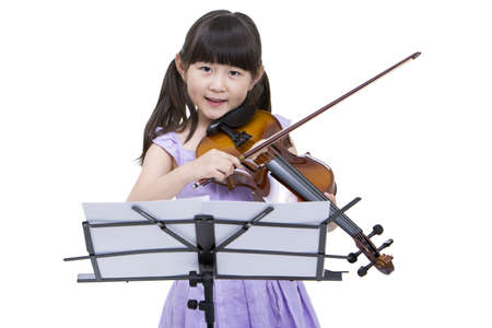 Girl playing the violin LANG_EVOIMAGES
