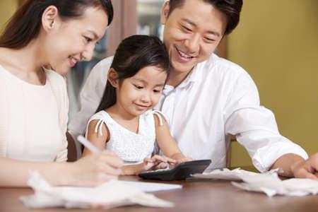 Family calculating bills together LANG_EVOIMAGES