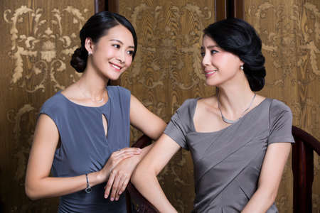 wooden partition: Elegant mother and daughter LANG_EVOIMAGES