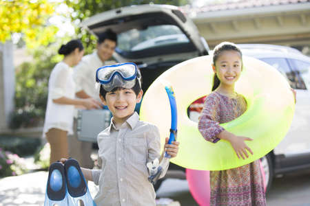 actividades recreativas: Familia joven que pone el equipo de los deportes de agua en el coche LANG_EVOIMAGES