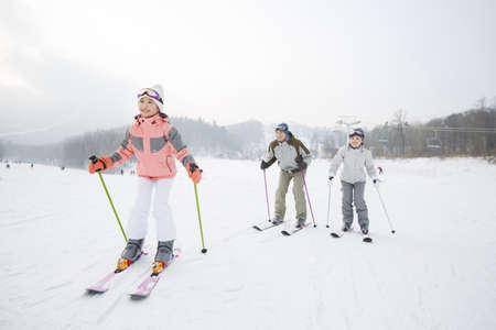 actividades recreativas: Esquí familiar joven en estación de esquí