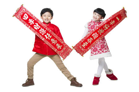 tang: Cute children with couplets celebrating Chinese new year LANG_EVOIMAGES