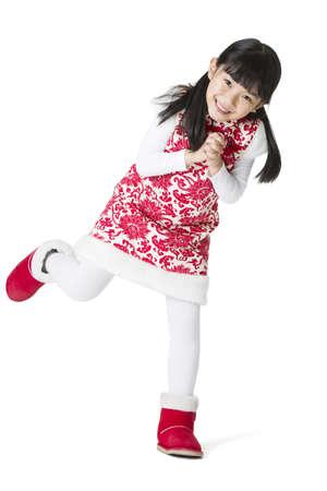 niños vistiendose: Feliz niña de saludo de Año Nuevo chino