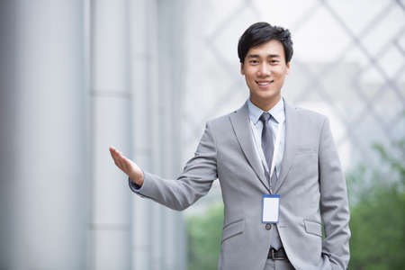 cardkey: Young businessman greeting LANG_EVOIMAGES