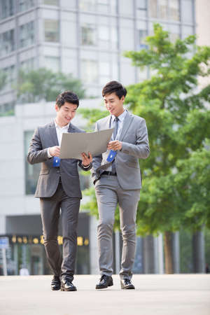 cardkey: Young business person working outdoors LANG_EVOIMAGES
