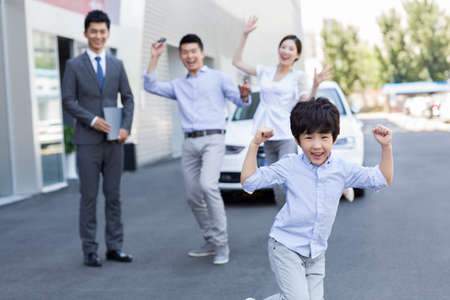 key punching: Young family buying car