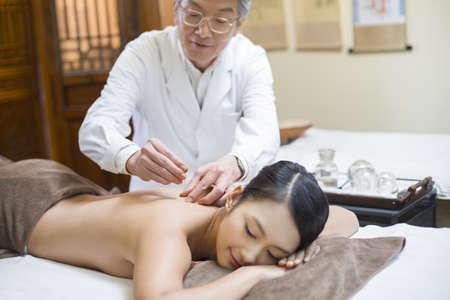 Joven, mujer, recibiendo, acupuntura