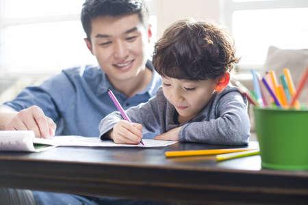 sit down: Joven, padre, ayudando, hijo, deberes