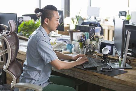 Designer working in the office LANG_EVOIMAGES