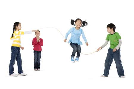 Skupina přátel, kteří hrají skok LANG_EVOIMAGES