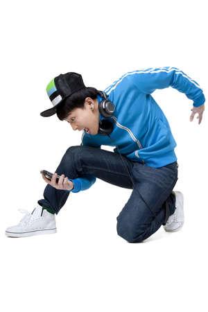 arrodillarse: Hombre de rodillas y mirando a su teléfono