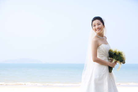 Happy Bride on the Beach LANG_EVOIMAGES