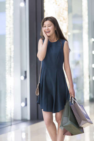 open windows: Happy young woman shopping LANG_EVOIMAGES