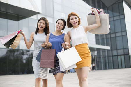 move in: Best female friends shopping