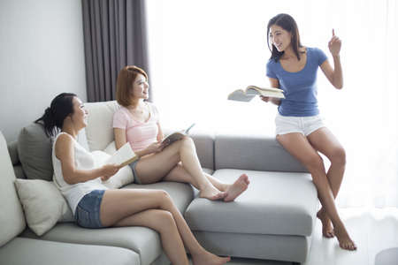 living wisdom: Best female friends reading at home LANG_EVOIMAGES