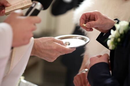 The ceremony of putting on rings during a wedding in a church Standard-Bild
