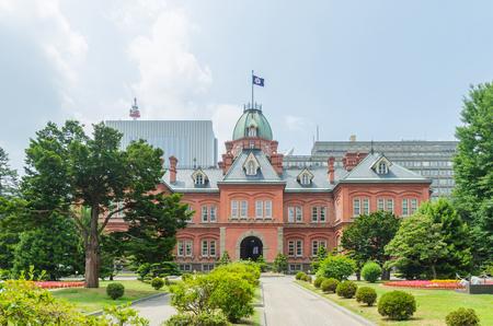 oficina antigua: El ex oficina de gobierno de Hokkaido y el jardín árbol verde en verano