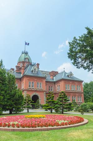 oficina antigua: El ex oficina de gobierno de Hokkaido y colorido jardín de flores en verano Foto de archivo