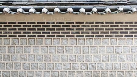 Muro de estilo coreano y techo en bukchon hanok pueblo Corea del Sur