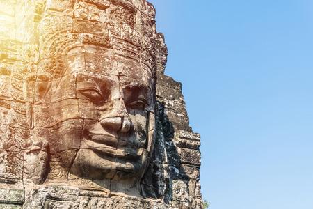 angkor thom siem reap cambodia의 바이욘 사원에서 얼굴의 돌을 웃는 다.