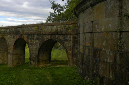 cisterna: Acueducto romano con cisterna Foto de archivo