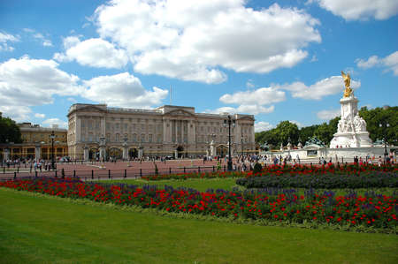 buckingham: Buckingham palace and surrounding gardens in a sunny day