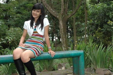 jeune femme sit down dans le parc